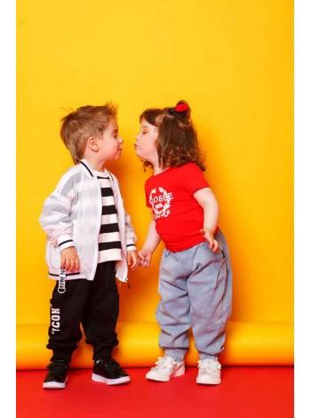 Джинсы с резинками на штанинах и красной нашивкой на кармане JoJo