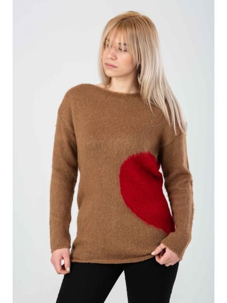 Свитер с принтом красное сердце